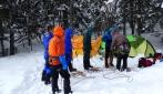 Latihan berjalan kelompok menggunakan tali untuk menghadapi badai supaya tidak terpisah satu dengan yang lainnya. (foto: dok.pribadi)