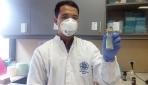 Edo Ermanda, laboran lab. TB Mikrobiologi FK UGM menunjukkan hasil kultur Mycobacterium Tubercolosa.