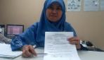 Ahli Mikrobiologi Klinis UGM, dr. Titi Nuryastuti, M.Si., Ph.D., Sp.MK., menunjukkan contoh hasil pemeriksaan laboratorium TB.