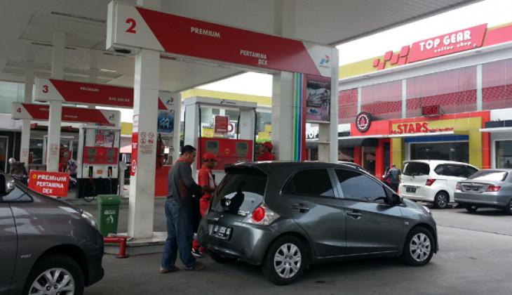 Harga BBM jenis premium dan solar turun Rp. 500,- per liter mulai1 April 2016. Pengendara mobil mengisi BBM di SPBU Terban, Yogyakarta, Kamis (31/3).