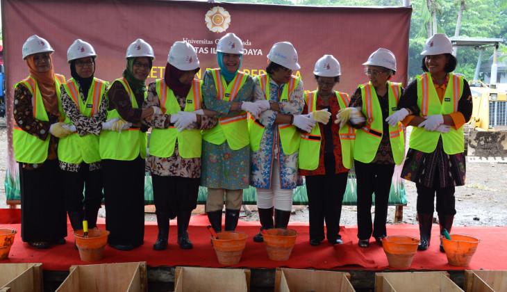 Peletakan Batu Pertama oleh Sembilan Wanita Awali Pembangunan Gedung Baru FIB