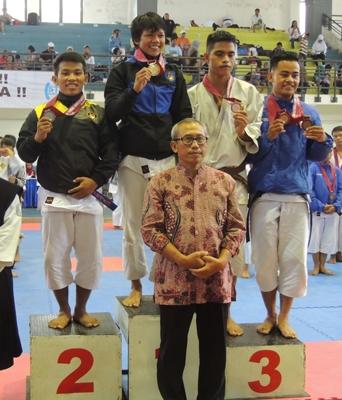 M. Fadli Rozamuri (pertama dari kiri) berhasil meraih medali perak pada nomor Randori kelas 65 kg Kejuaraan Kempo Mahasiswa Se-ASEAN.