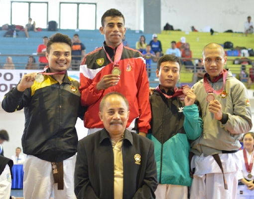 Anindra Guspa (pertama dari kiri) menyabet medali perak dari nomor Randori kelas 75 kg pada Kejuaraan Kempo Mahasiswa se-ASEAN.