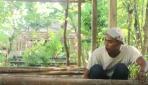 Salah satu warga Pucanganom 1 tengah menyiapkan bahan untuk membangun green house pertanian hidroponik dan aquaponik.