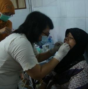 Sambut Hari Kartini, FKG UGM Gelar Pemeriksaan Gigi Gratis Buruh Gendong Pasar Beringharjo