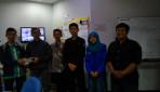 Tim mahasiswa pengembang alat peringatan dini banjir interaktif.