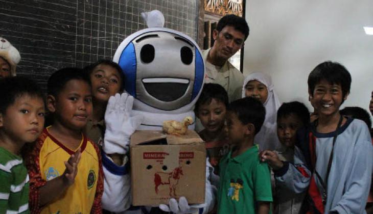 BEM Fakultas Peternakan Berikan 100 Ayam DOC ke Siswa SD
