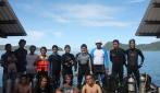 Tim Boelongan UGM dibantu masyrakat lokal melakukan penyelaman untuk penelitian di lokasi shipwreck Boeleongan.