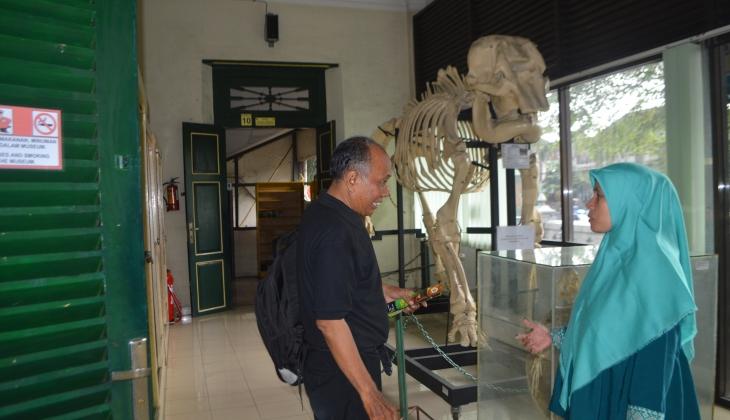 Petugas Museum Biologi UGM, Ida Suryani, tengah memberikan penjelasan tentang koleksi museum kepada salah satu pengunjung.