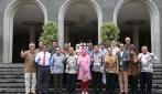 Perwakilan dari UGM dan Kabupaten Konawe Selatan Berfoto Bersama di Balairung UGM