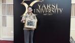 Dekan Fakultas Biologi UGM Menerima YARSI Award