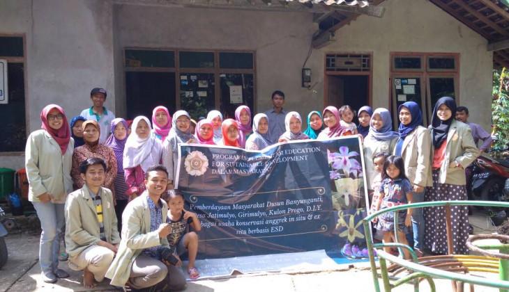 Dosen dan Mahasiswa UGM Dampingi Warga Mengembangkan Potensi Tanaman Anggrek