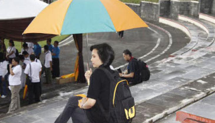 Meski Hujan, dengan Payung Tetap Beraktivitas