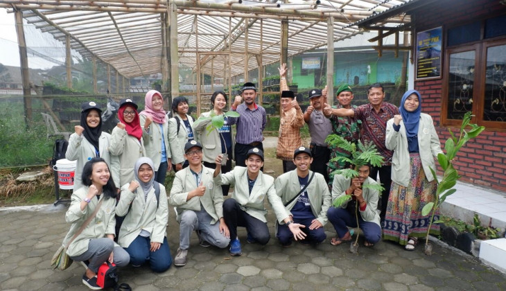 Mahasiswa UGM Bagikan 2.000 Bibit Pohon ke Warga Magelang