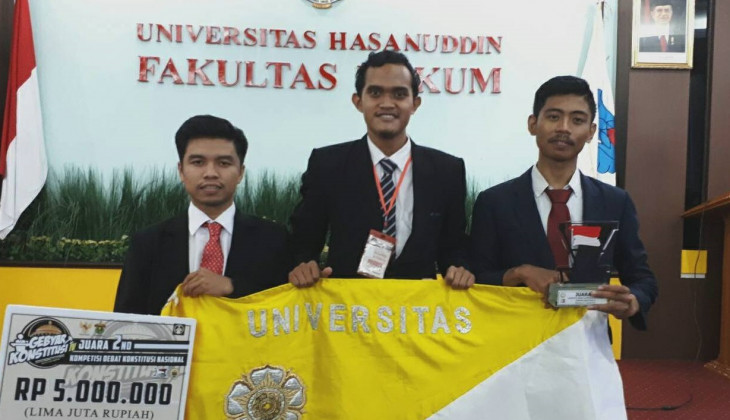 Tim Debat FH UGM Juara di UNHAS
