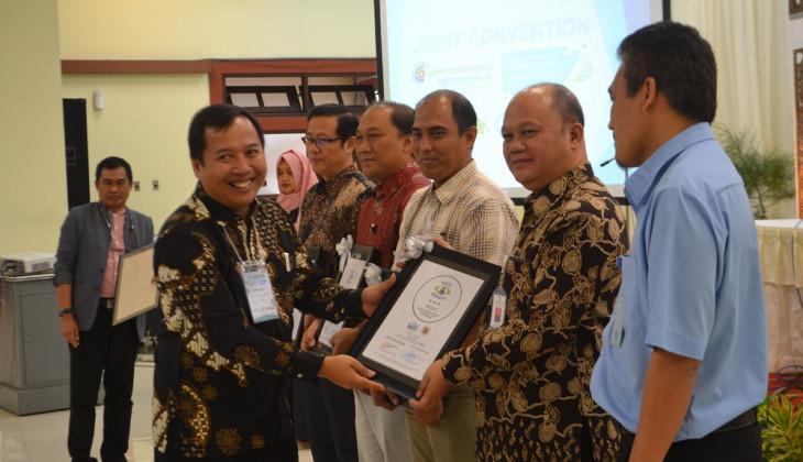 Lindungi Air Tanah, Lima Perusahaan Raih Penghargaan Dari UGM
