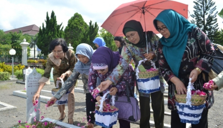 DWP UGM Ziarah ke Makam Pahlawan