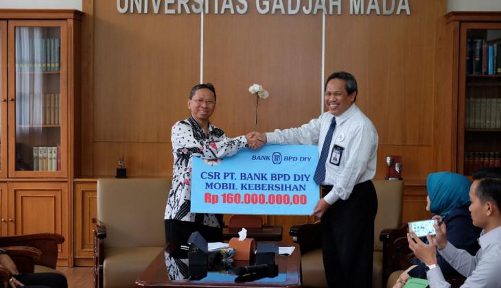 UGM Menerima Bantuan Mobil Kebersihan dari Bank BPD DIY